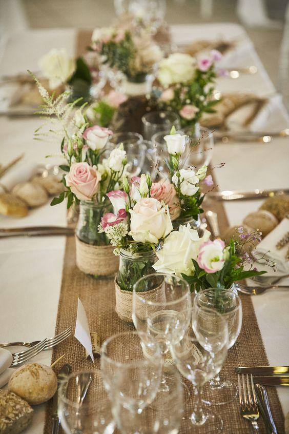 Thème-mariage-champêtre-table-jute-fleurs