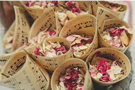 Thème-mariage-musique-confettis-pétales-partitions