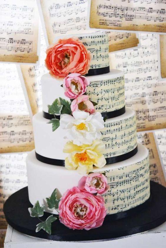 Thème-mariage-musique-pièce-montée-partitions-fleurs