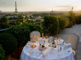 dinner-on-the-terrace-with-views-of-the-eiffel-tour-paris-600x4492