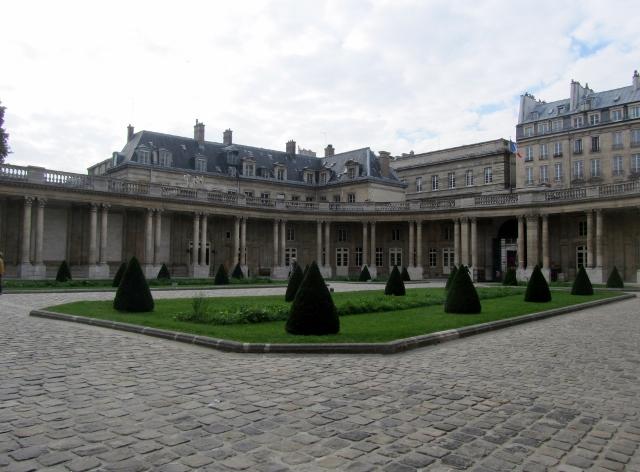 Traversée des jardins des Archives nationales