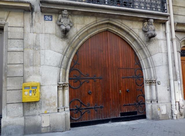 Une porte coch re n o gothique en forme d ogive paris for Fenetre en ogive
