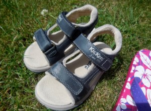 Sandales Kickers vs tongs Crocs ;