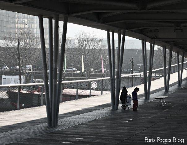 enfant sur le pont