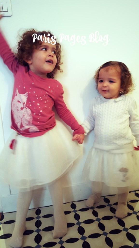 Moutarde: tee-shirt Gap Kids, jupon Tia-Aïna, collants Condor. La Chevelue: top H&M, jupon Tia-Aïna, collants Condor