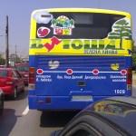 Автобусът привлича вниманието на минувачите