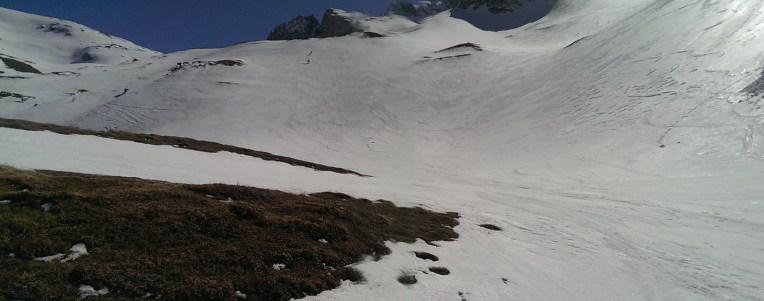 Weitläufiger Kessel unterhalb des Gipfels