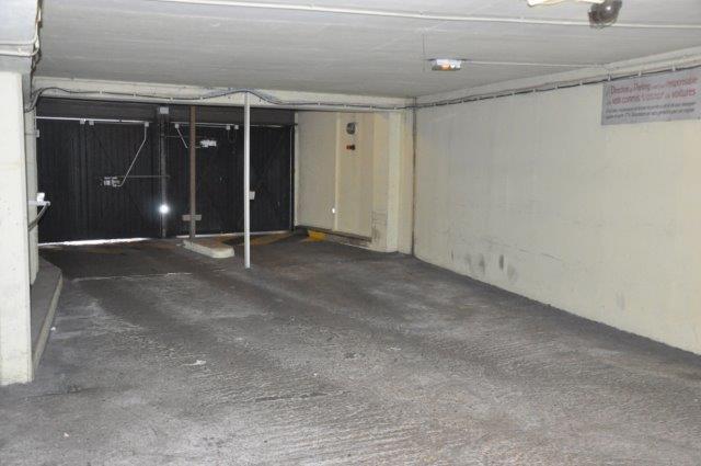 Portes d'entrée du sous-sol de la copropriété où sont situés les boxes à acheter