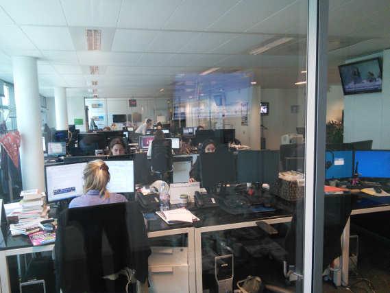 La salle de rédaction depuis le salon des invités