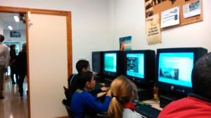 Jugando al ordenador- Talleres para Niños