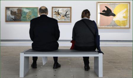 Besucher im Grand Palais Museum vor den Gemälden von Georges Braque, Les Oiseaux en vol,1959; Les Oiseaux,1954-1962; L'Oiseau noir et l'oiseau blanc, 1960. Fotografiert von Céline Piettre.