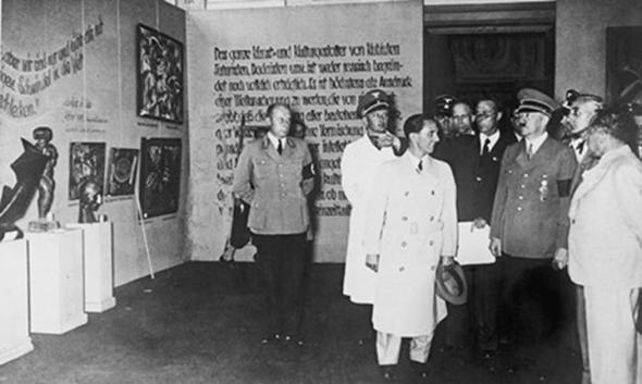 Hitler, Goebbels y otros dirigentes nazis inauguran la exposición de artistas 'degenerados'. Foto: Alamy