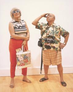 Duane Hanson, Touristes, 1970.  Polyester et fibre de verre colorée, vêtements et accessoires. Homme : 152 cm ; femme : 160 cm (échelle 1). Scottish National Gallery of Modern Art, Édimbourgh.