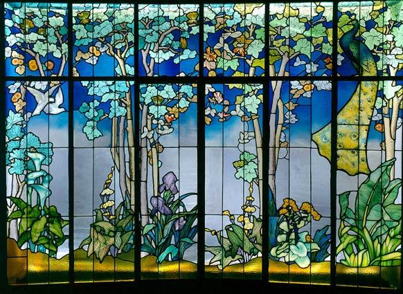 Jacques Gruber, Véranda dite de « La Salle », 1904. Verre multicouche, verre peint, verre américain chenillé, verre américain irisé, gravure à l'acide, 243 x 344 cm. Musée de l'École de Nancy, Nancy.