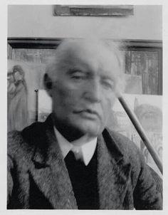 3 Edvard Munch, Autoportrait IV, devant La Mort de Marat, Ekely, 1930. Épreuve gélatino-argentique, 11,5 x 8,8 cm. Munch-museet, Oslo.