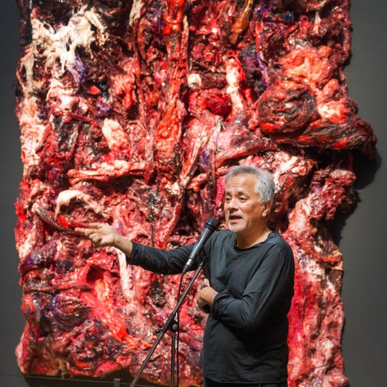 Anish Kapoor mit einem der drei Teile von Inneres Objekt in drei Teilen.