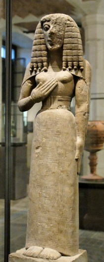 Statuette féminine dite « Dame d'Auxerre », vers 640-630 av. J.-C. Calcaire, décor incisé originellement peint ; traces de couleur rouge sur le buste, hauteur : 75 cm. Musée du Louvre, Paris.