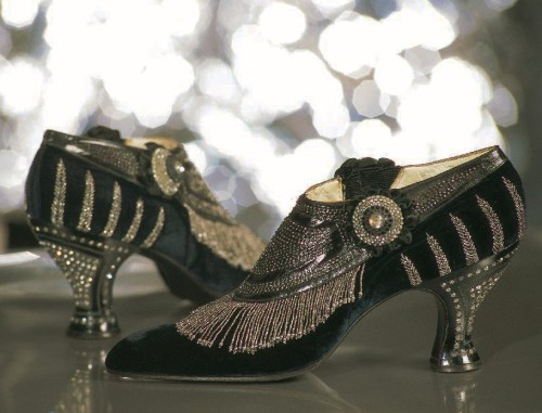 Evening shoes in navy blue velvet, steel bead design,