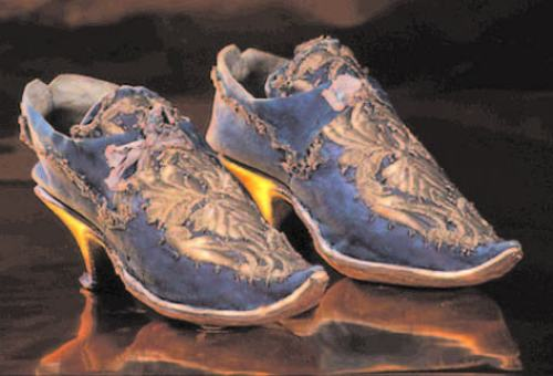 Zapato de mujer en piel azul con bordado de plata, Italia, siglo XVII.