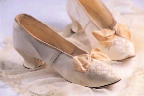Zapato de novia, diseño con cuentas en forma de corazón