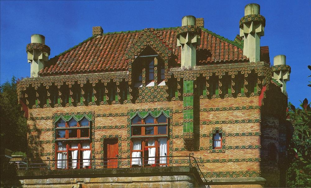 El Capricho, façade est