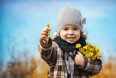 çiçek veren çocuk