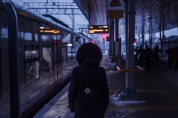 geceler - tren istasyonu ve kadın