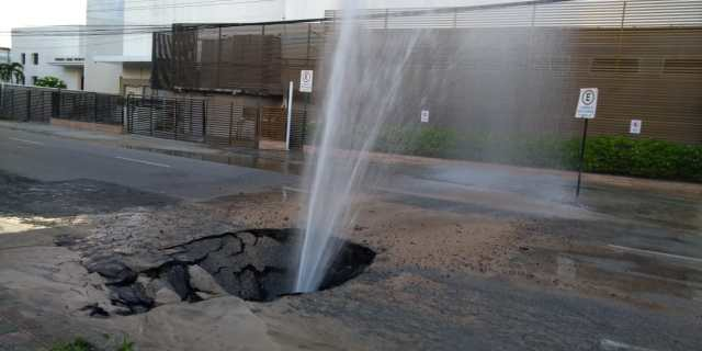 WhatsApp Image 2019 01 14 at 05.55.11 1 - Jato de água jorra e asfalto cede por trás do Shopping Tambiá