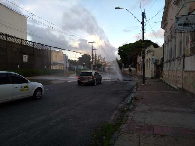 WhatsApp Image 2019 01 14 at 05.55.12 - Jato de água jorra e asfalto cede por trás do Shopping Tambiá