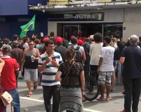 """Greve Geral: Manifestante força fechamento de loja ameaçando """"pegar camisas""""; veja"""
