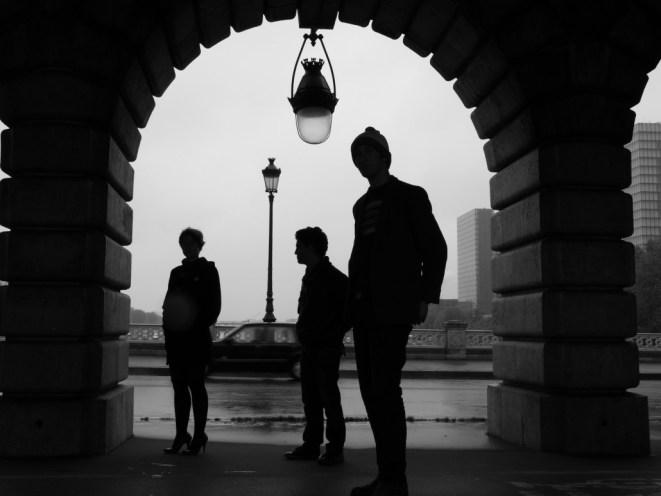 Johanna, Teo et Patrick sous le métro parisien