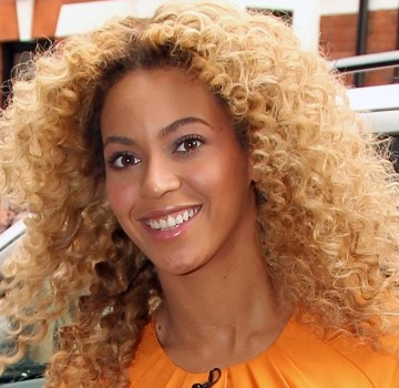 Beyonce Knowles Waves to Fans in London_435