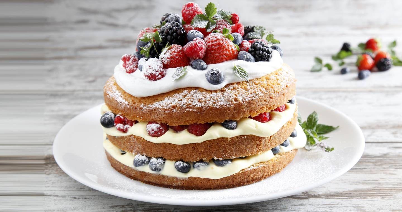 Torta Con Crema Chantilly Panna Montata E Frutti Di Bosco
