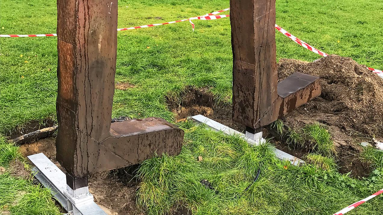 Die Füße der restaurierten Skulptur «Räuberrad» von Bert Neumann aus dem Bühnenbild der Inszenierung von «Die Räuber» von Frank Castorf an der Volksbühne am Rosa-Luxemburg-Platz am 24. September 2018, als diese wieder auf dem Platz vor dem Theater aufgestellt wurde. |Foto: Norbert Bayer