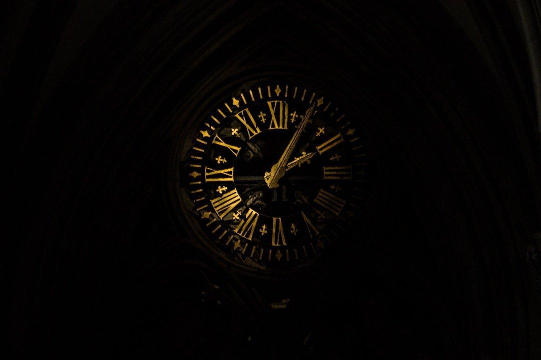In bilico tra tempo connesso e disconnesso, tra essere e fare
