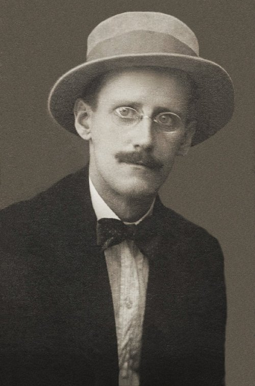 #LetteraAlloScrittore James Joyce (immagine via Wikipedia)