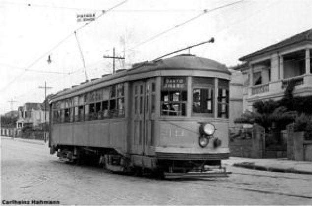 Bonde da linha Santo Amaro na Av. Rodrigues Alves (Vila Mariana) em uma fotografia de Carlheinz Hahmann de 1948.