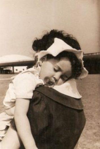 Criança no colo da mãe, Parque Ibirapuera, cerca de196. (Propriedade de Lúcia Brandão, fotografia sujeita a copyright.)