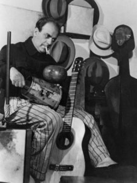 O compositor Heitor Villa-Lobos com instrumentos da música popular, que ele introduziria sem cerimônias nas suas orquestrações.