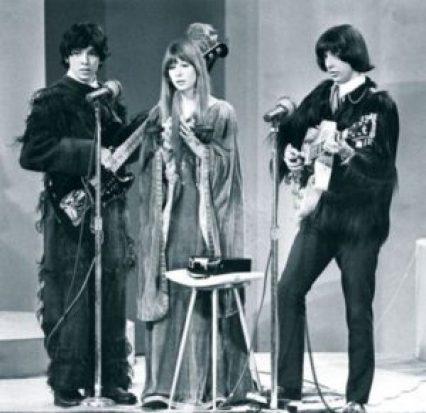 Os Mutantes – Arnaldo Baptista no baixo, Rita Lee e Sérgio Dias na guitarra – em show de 1970.