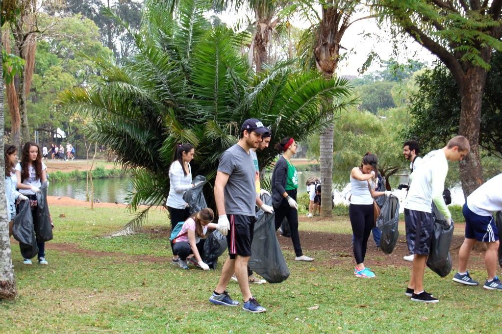 Amigos e voluntários do Parque Ibirapuera Conservação dando exemplo e uma das mais de 10 edições do mutirão de limpeza que fizemos no parque.