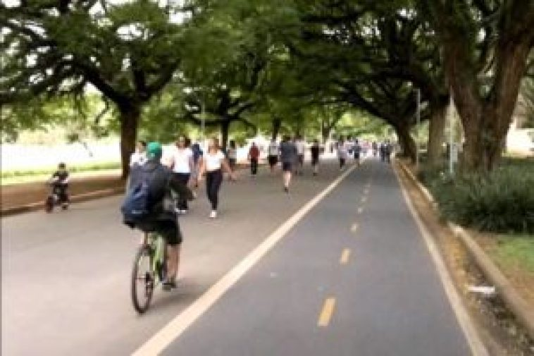 Exemplo de um ciclista fora da ciclofaixa, mesmo que ela esteja vazia...