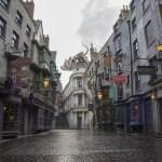 Adéntrate en un mundo mágico donde todo es real. En el parque temático Universal's Islands of Adventure® podrás visitar al icónico castillo de Hogwarts™ y explorar la villa de Hogsmeade™. Y justo al lado, en el parque temático Universal Studios Florida® podrás ingresar a Diagon Alley™, ABIERTO YA, y disfrutar del estreno de una atracción, nuevas experiencias mágicas y muchas cosas más. ¡Prepárate para explorar como nunca antes más del fantástico mundo de Harry Potter!