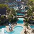 El área de piscinas: juegos con agua, 3 piscinas, 2 toboganes de agua y 2 jacuzzis.