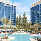 La fascinante piscina E-Ticket es la más grande de las piscinas del Disneyland Hotel.