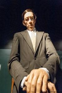 El hombre mas alto del mundo en el museo de Ripley