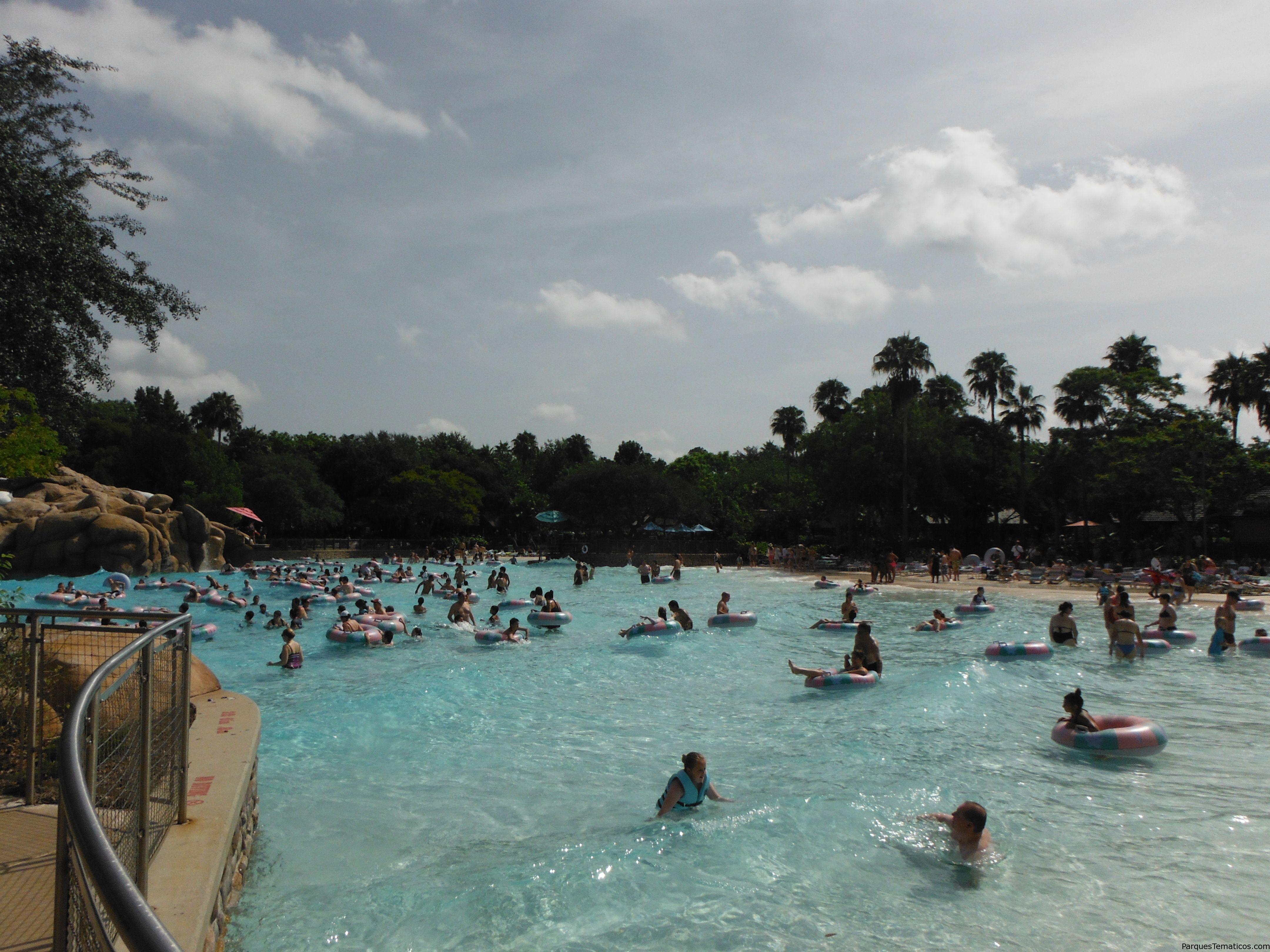 Foto general de una de las grandes piscinas, tomada por mi en ParquesTematicos.com