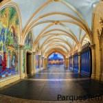 Hermosos murales dentro del castillo que conduce a Fantasyland