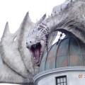 En primer plano el grandioso dragón que adorna y dispara fuego en Diagon Alley, imperdible de día y de noche
