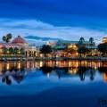 Las Casitas, Ranchos y Cabañas de Disney's Coronado Springs Resort están ubicadas en las relucientes costas de Lago Dorado, de 22 acres. Vista desde el lago a Disney's Coronado Springs Resort, iluminado por la noche